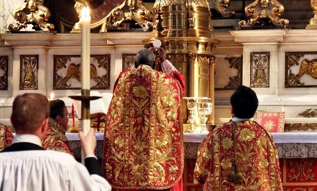 El cardenal Sarah celebra misa tradicional.