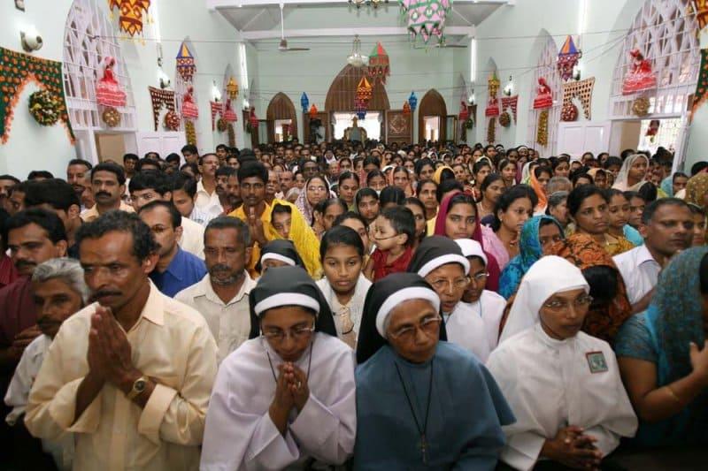 Peregrinos católicos en un santuario de la India