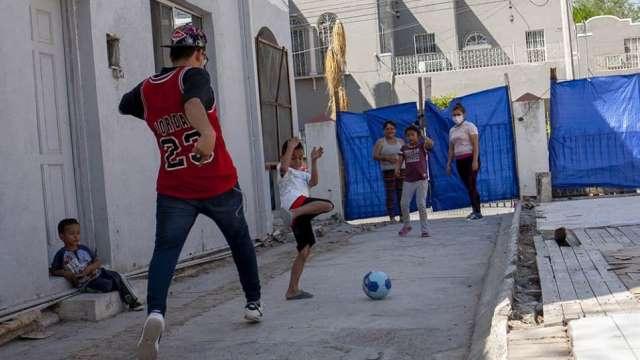 Niños jugando en el refugio