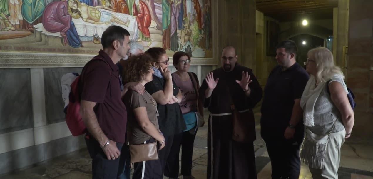 Fray Carlos Molina, de la Custodia de Tierra Santa, habla con los peregrinos católicos, los primeros en un año