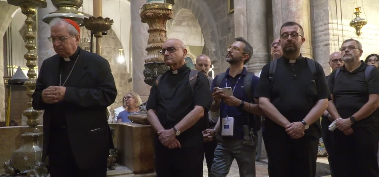 El cardenal Feroci, con otros sacerdotes peregrinos en los Santos Lugares