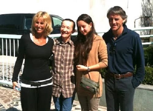 Mancini, con su mujer e hija, junto a la vidente Vicka