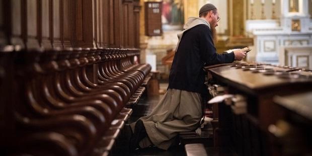 Un fraile rezando la liturgia de las horas