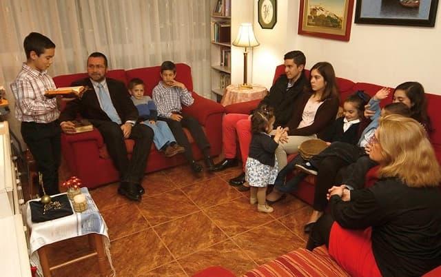Numerosas familias católicas rezan juntas las laudes los domingos en casa