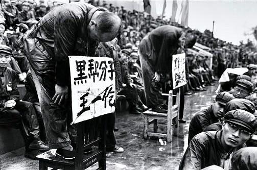 Humilhação pública de dissidentes na China.