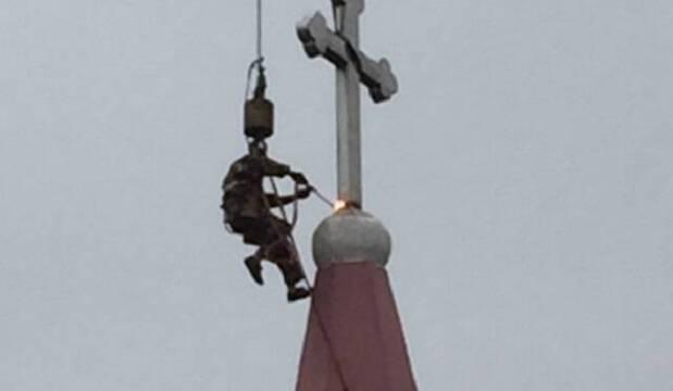 Destruição de uma cruz em uma igreja chinesa.