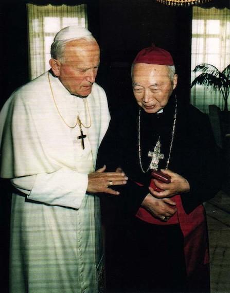 João Paulo II recebe o cardeal Kung Pin-mei.