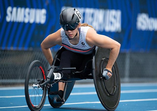 Jenna Fasemayer, corriendo en su silla de ruedas