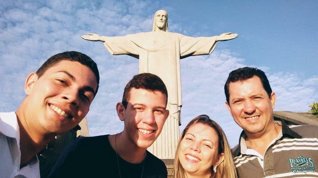 Bruno, con su familia en Río de Janeiro
