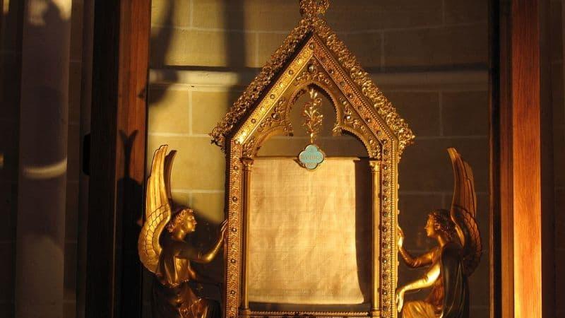 Velo de la Virgen en Chartres, en su relicario