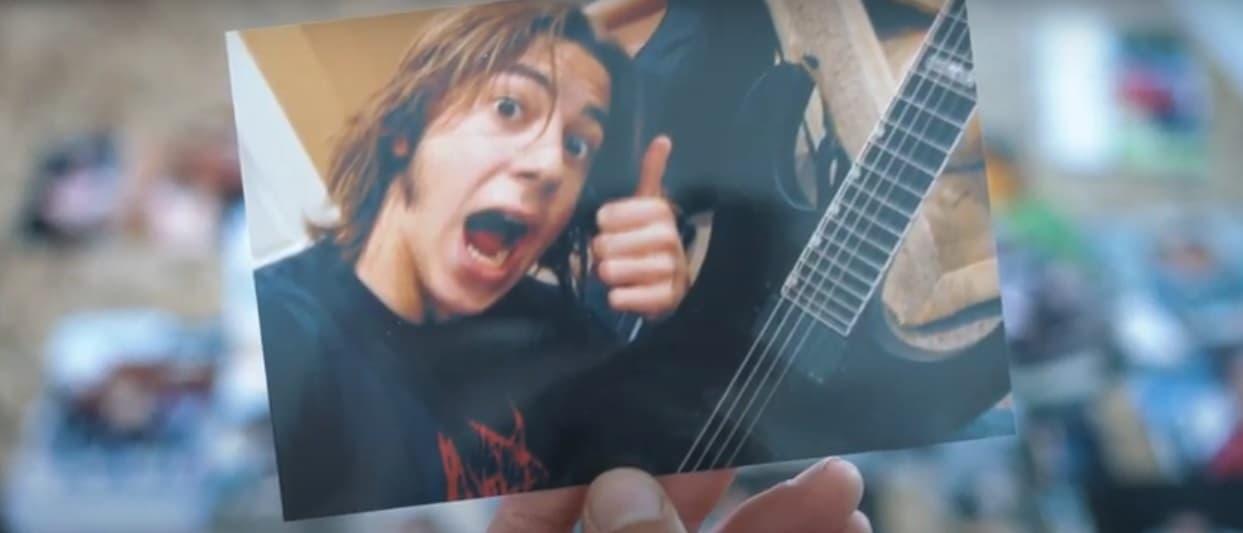 Adam Rieger como autoestopista con guitarra