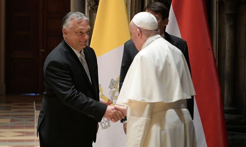 El Papa saluda al primer ministro húngaro, Viktor Orban, en Budapest