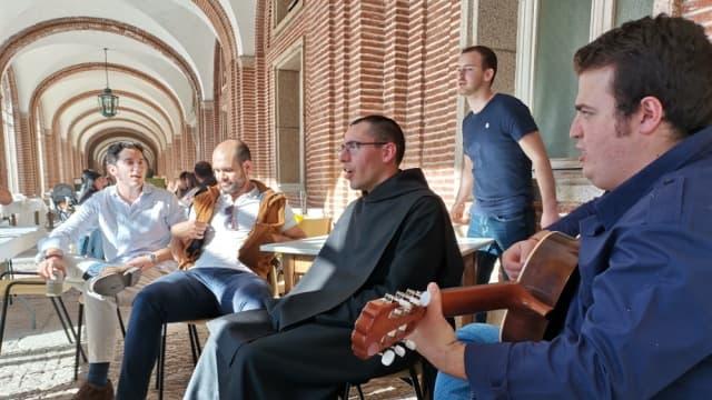 Fray José Antonio con amigos.