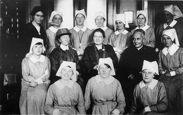 Hildegard Burjan con un equipo de colaboradoras