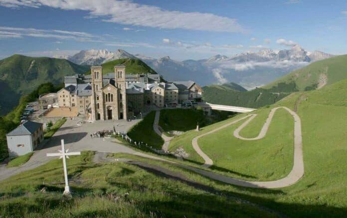 El santuario de La Salette se encuentra en los Alpes franceses