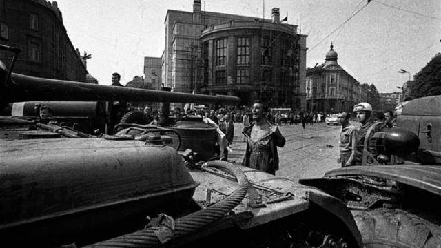 Hombre enfrentándose a un tanque soviético en Praga.