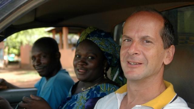 El sacerdote misionero Juan Pablo López Mendía, junto a dos miembros de su misión en Benín.