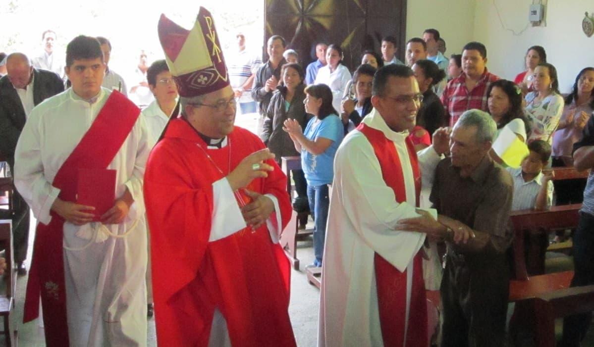 El padre Elio con su obispo