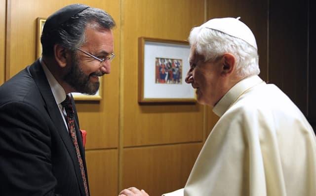 El rabino David Rosen saluda a Benedicto XVI