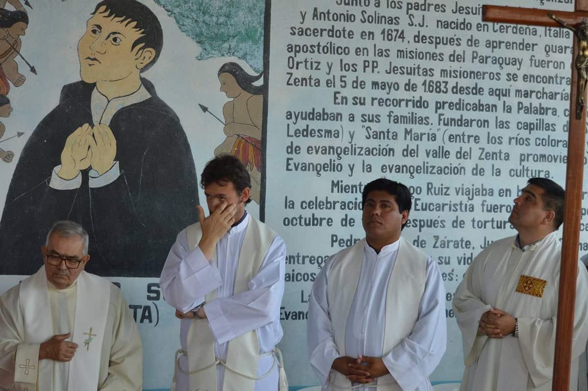 Sacerdotes de la diócesis de Nueva Orán con un mural que recuerda al mártir Solinas en 2017