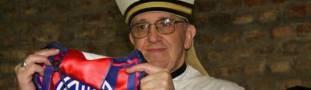 El cardenal Bergoglio con la camiseta del San Lorenzo de Almagro