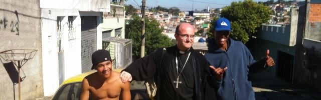 El obispo Munilla en un barrio desfavorecido de Sao Paulo en julio de 2013