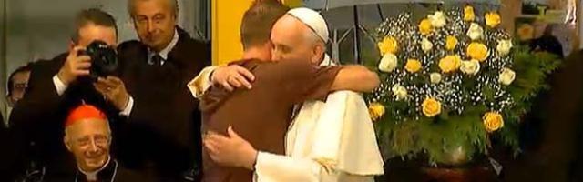Francisco abrazó a algunos ex-toxicómanos y animó a todos a alzarse y no rendirse