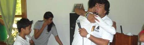 Hanns abraza unos jóvenes - su experiencia le convence de que sentir amor y pertenencia protege de las drogas y las pandillas