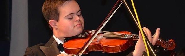 Emmanuel toca el violín, una de sus grandes pasiones