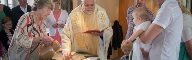Lars Ekblad, como pastor de su parroquia, en un bautizo... el 67 por ciento de suecos están bautizados luteranos, pero sólo el 2 por ciento de ellos vuelve por la iglesia