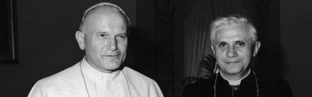 Juan Pablo II, en los inicios de su pontificado, con el cardenal Ratzinger