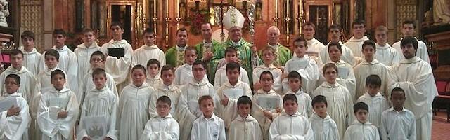 Don Demetrio con la escolanía del Valle de los Caídos en la catedral de Córdoba, en junio de 2013.