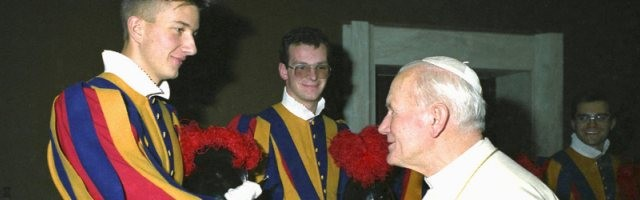 El joven Andreas Widmer, guardia suizo, saluda a Juan Pablo II... que le otorga toda su atención