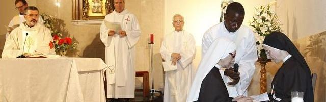 La abuela María Paz, aún con velo blanco, profesa sus votos ante la abadesa de las clarisas capuchinas