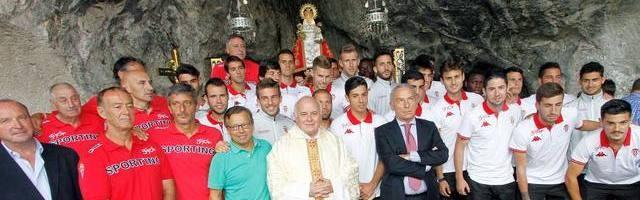 El padre Fernando Fueyo acompaña como capellán a la plantilla del Sporting de Gijón en su visita a la Santina de Covadonga