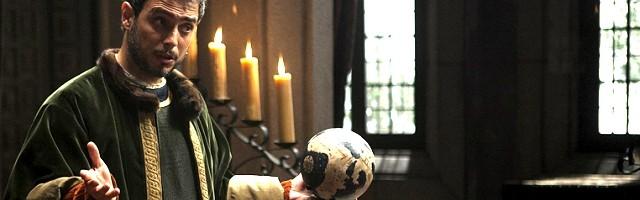 Cristóbal Colón, con su esfera del mundo en la mano, en la serie de RTVE sobre los Reyes Católicos