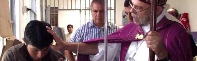 José Luis del Palacio, obispo del Callao, bendice a un enfermo