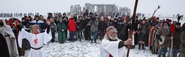 Ingleses modernos que quieren ser paganos se declaran druidas y hacen rituales en el Solsticio de Invierno en Stonehenge
