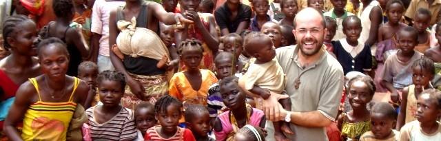 El padre Trinchero con alguno de los cientos de niños del convento