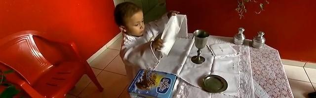 Los padres de Rafael, en cuyo hogar católico ha aprendido a decir misa, aún conservan alguna esperanza de salvación para su pequeño.