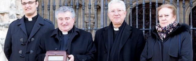 El párroco, Andrés Francisco Peña, con unos compañeros y una legación del pueblo, en la catedral de Oviedo, con las reliquias del obispo del s.V. Asturio Serrano