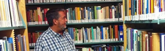 Scott Hahn, teólogo y biblista profesor en la Universidad Franciscana de Steubenville, rodeado de libros de teología