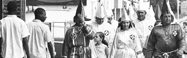 Las mujeres eran muchas y poderosas en el Ku Kux Klan en época de Margaret Sanger... su discurso anticonceptivo racista y de base esotérica les gustó