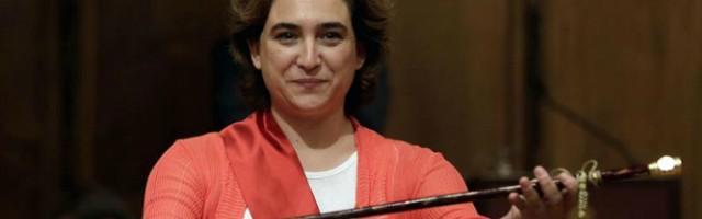 La nueva alcaldesa populista de Barcelona, Ada Colau, muy contenta con si mayoría absoluta y su vara de mando