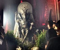 Fiesta satánica en torno a una imagen del demonio que