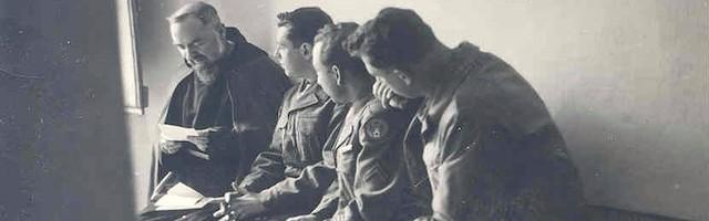 Junto al Padre Pío, de izquierda a derecha, Leo Fanning, Joe Asterita y Mario Avignone.