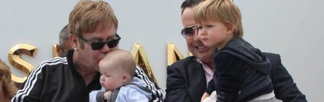 El cantante Elton John es uno de los grandes defensores de los vientres de alquiler