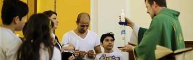 Bautizo de una familia iraní en una iglesia evangélica cercana a Berlín... si toda la familia ha dejado Oriente es más fácil dar el paso
