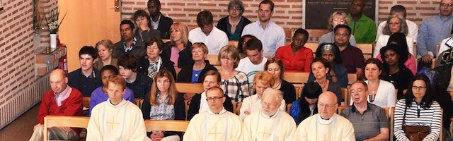 Misa en la iglesia de Santa Eugenia, en Estocolmo, donde es palpable la diversidad étnica de los católicos que viven en Suecia.