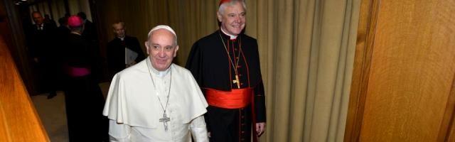 El Papa Francisco con el cardenal Gerhard Ludwig Miller durante el Sínodo de la Familia